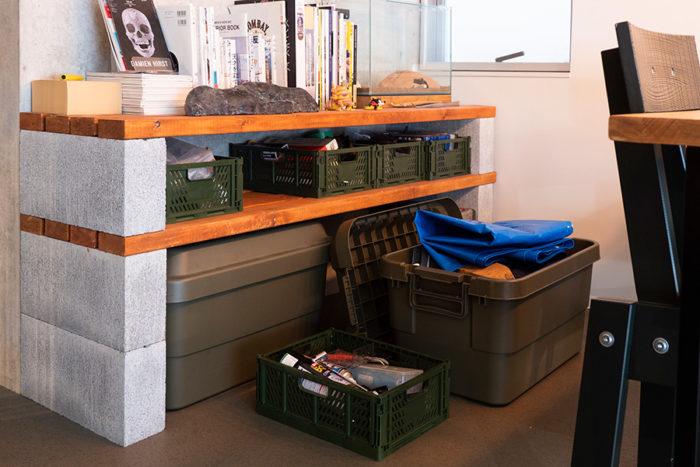 コンクリートブロックに2×4材を載せて収納棚に。DIY用のツールを収めている。