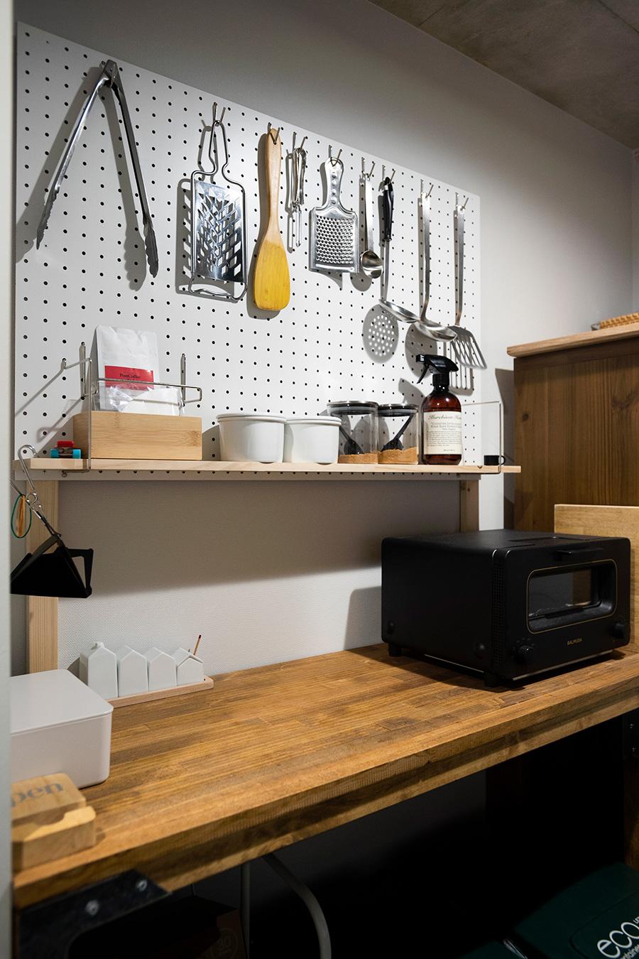 キッチンには作業用の台を設けた。有孔ボードを貼りキッチンツールを収納。