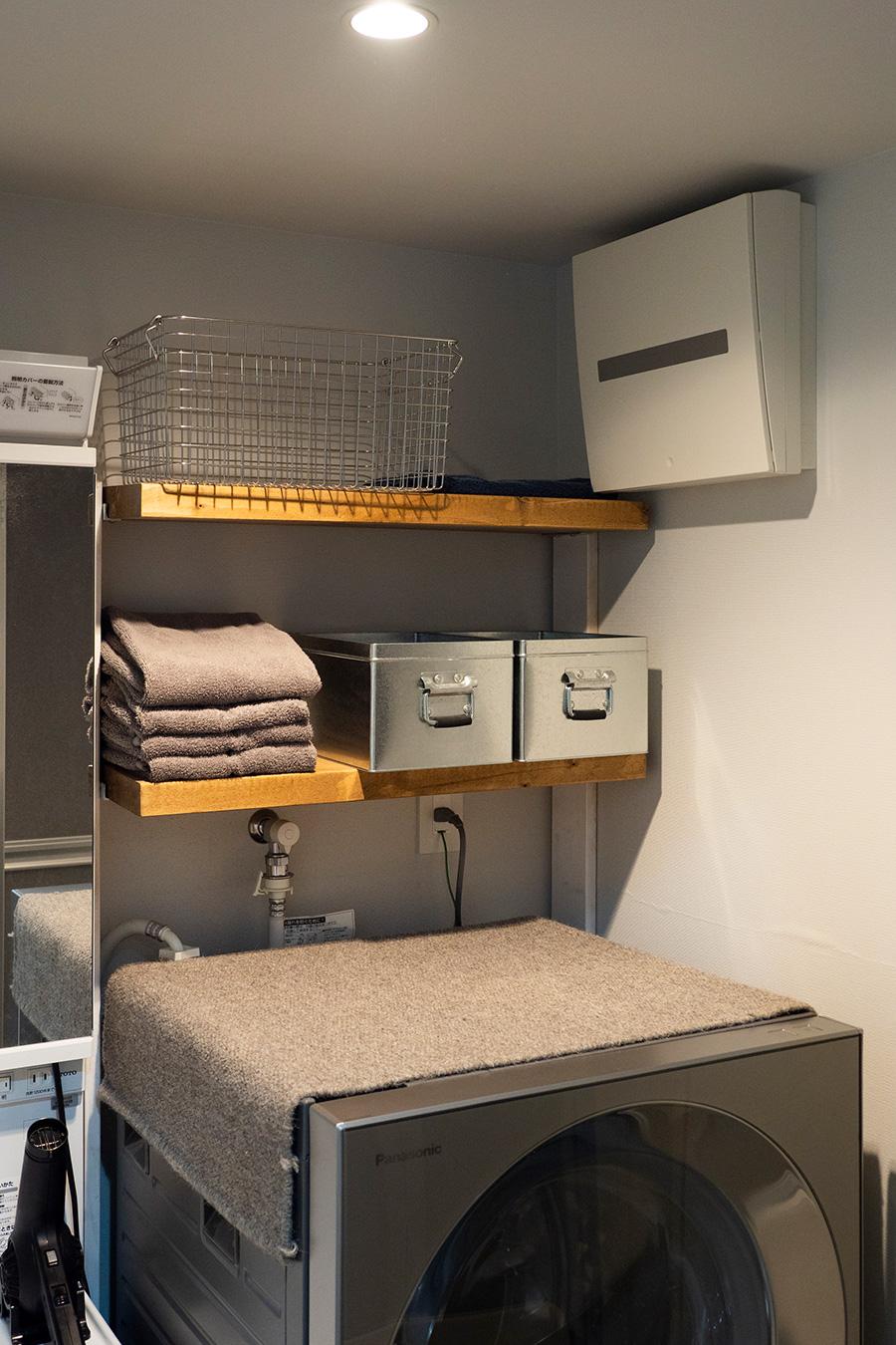 棚板を設けた洗面所。水回りはこれからもっと着手していく予定。