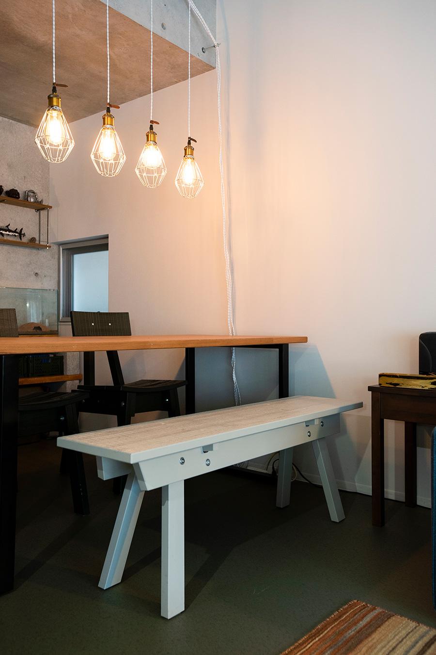 自作のダイニングテーブルに、IKEAとピート・ヘイン・イークのコラボのイスを。