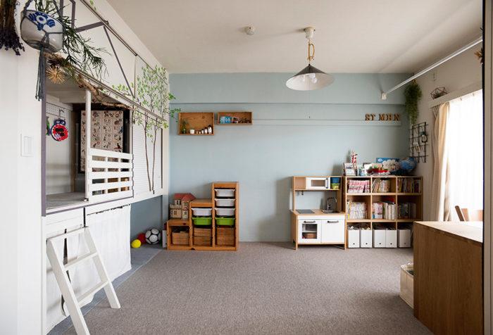 リビングに隣接した子供部屋。押し入れの襖を外し、収納を兼ねた子供のお遊びスペースに。