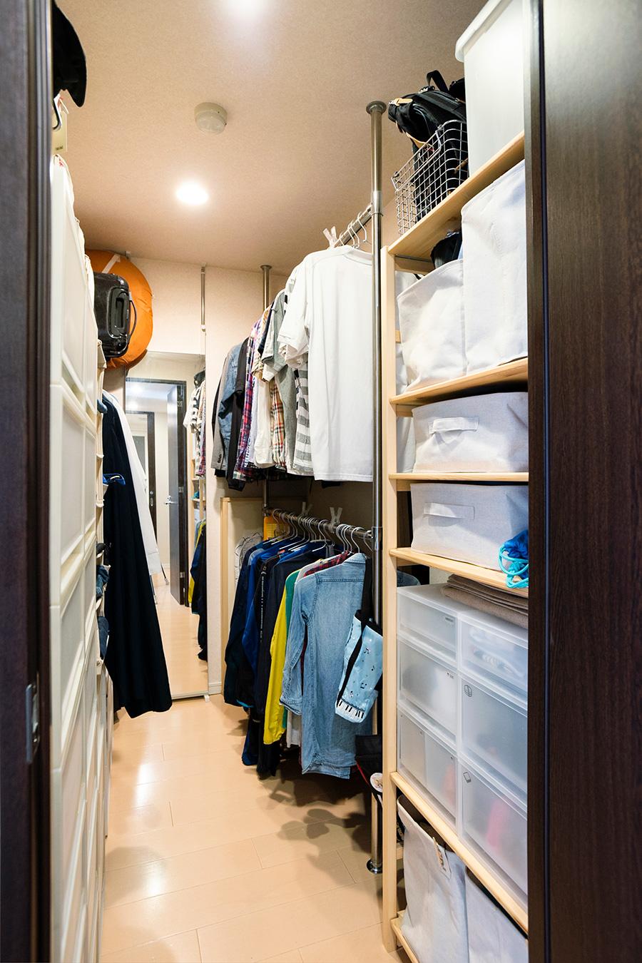 入居時には棚板とバーのみがあったWIC。収納棚やケースなどを組み合わせて収納力を確保した。