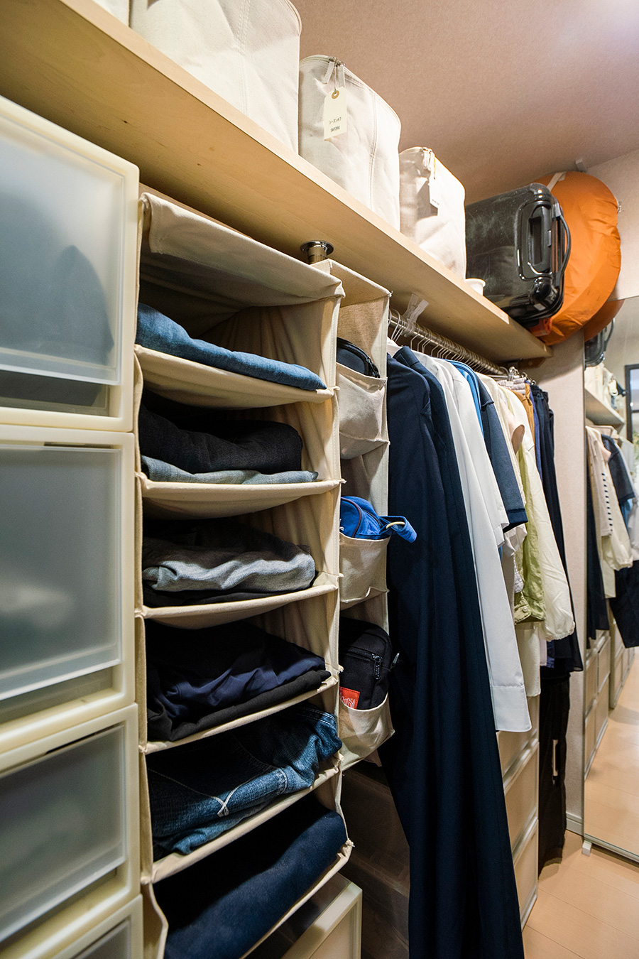 takaさんのオンシーズンの衣類はかけて収納。滑り止め加工されたマワハンガーを愛用している。