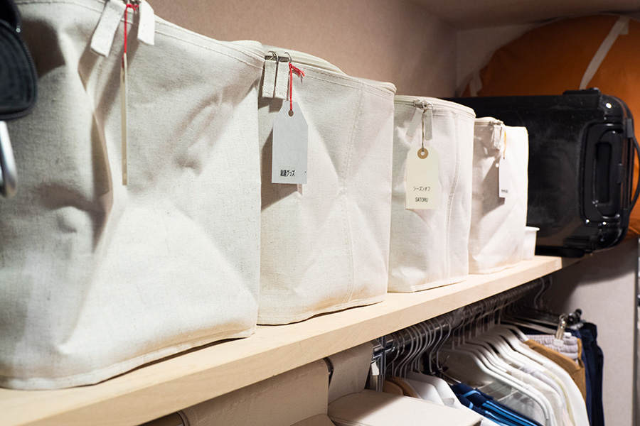 棚板の上段にはバッグやオフシーズンもの、裁縫用の布などを。