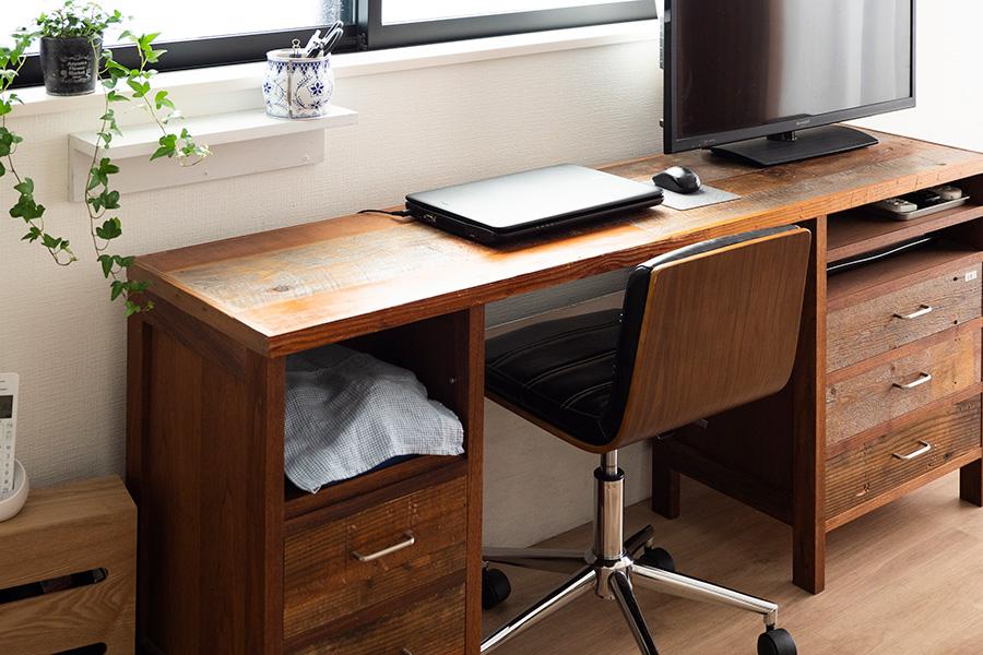 無垢の素材を用いてオーダーしたデスクが活躍。無印良品の「壁に付けられる家具」を窓枠の下に設置して、文具などの一時置き場に。仕事で使うカメラ器材には布をかけて隠している。
