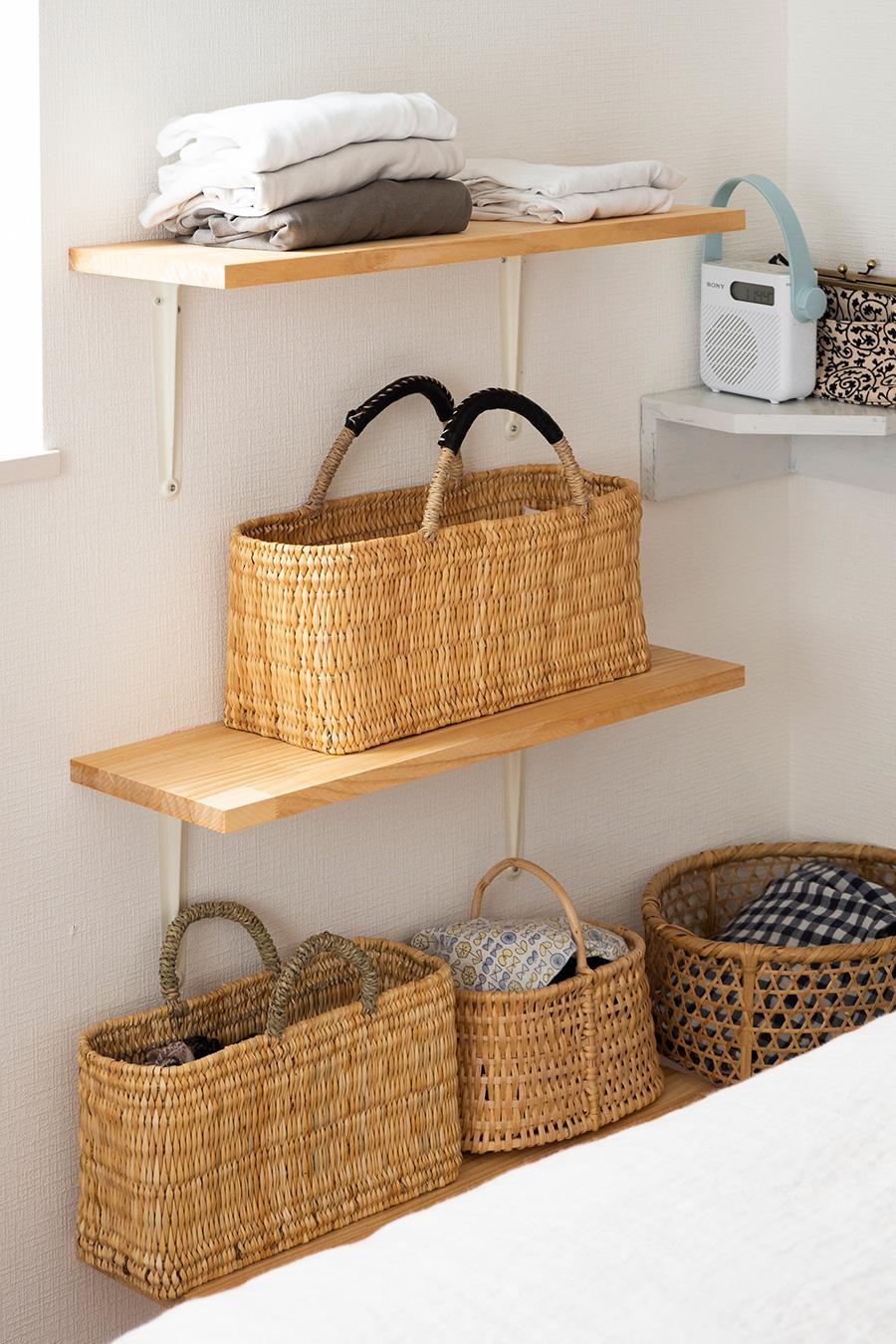 DIYで棚を設置し、お気に入りのカゴをディスプレイするように陳列。収納にもなり一石二鳥。