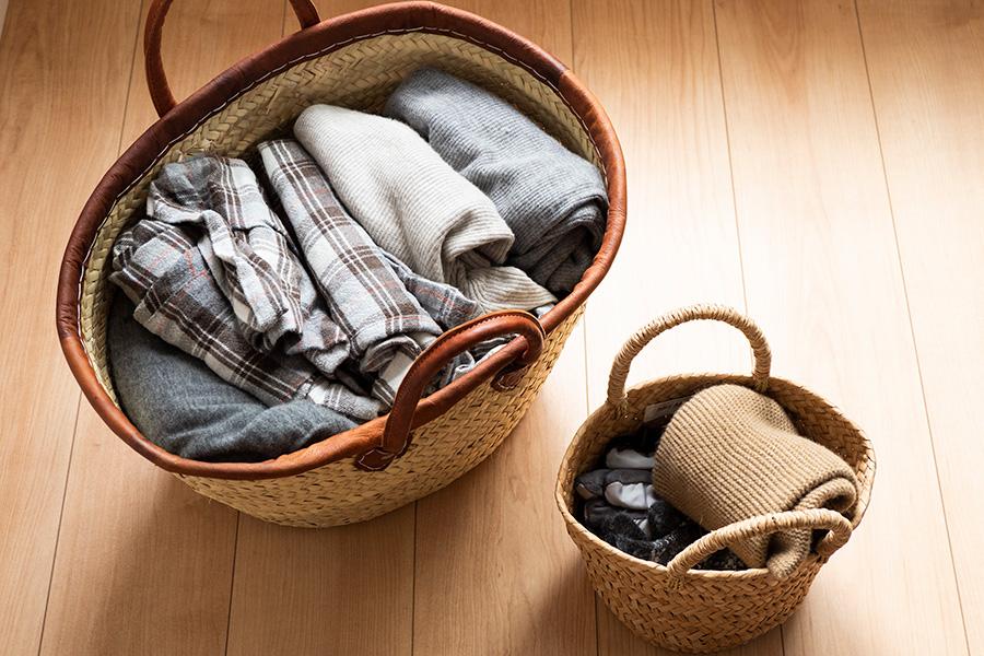 棚の上に置いているカゴにはオフシーズンのインナーやパジャマ、シーツ類などを。