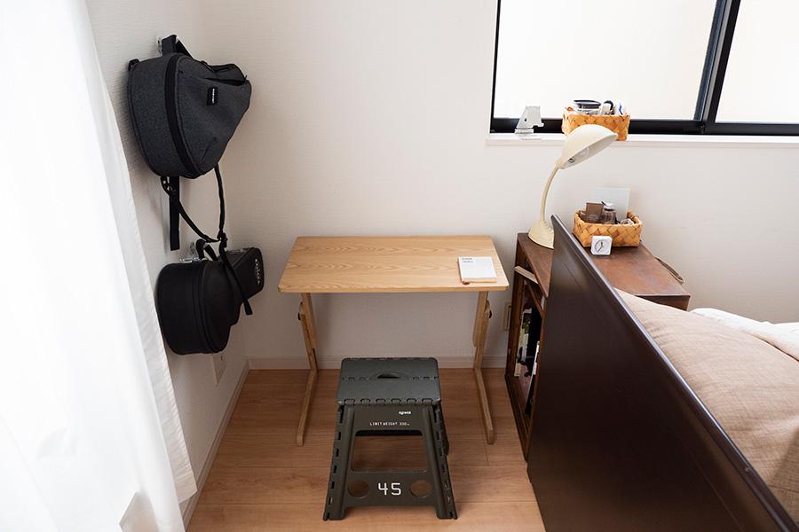 趣味のウクレレの練習をしたり、書きものをしたりするスペース。ウクレレは壁付けに、譜面などは右手の棚に収めている。