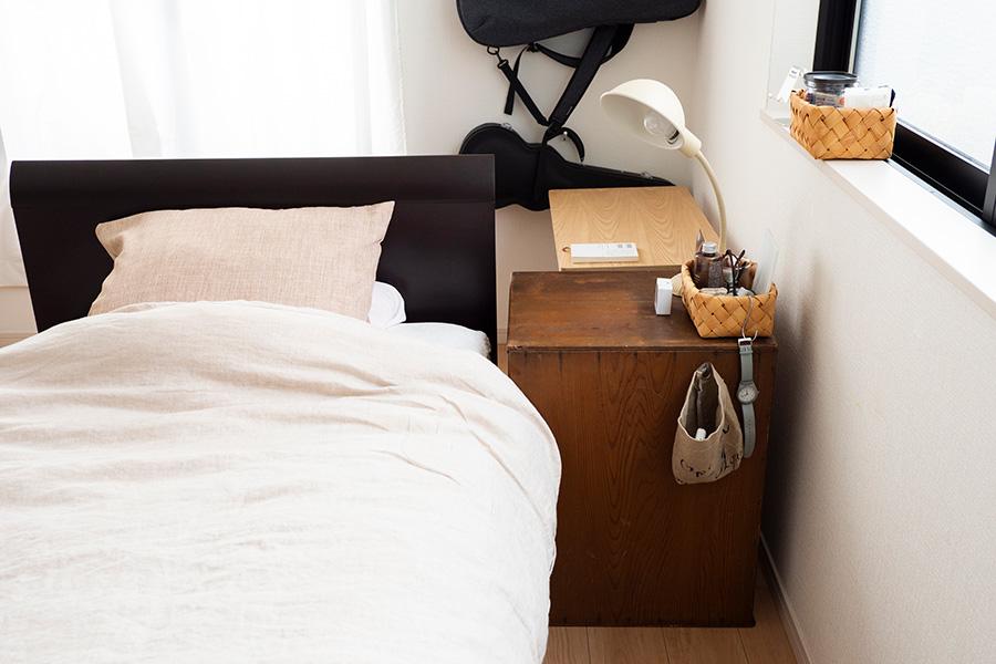 ベッドサイドは身支度を整えるコーナー。デスクライトはウクレレの練習にも、ベッドで本を読むのにも使えて便利。