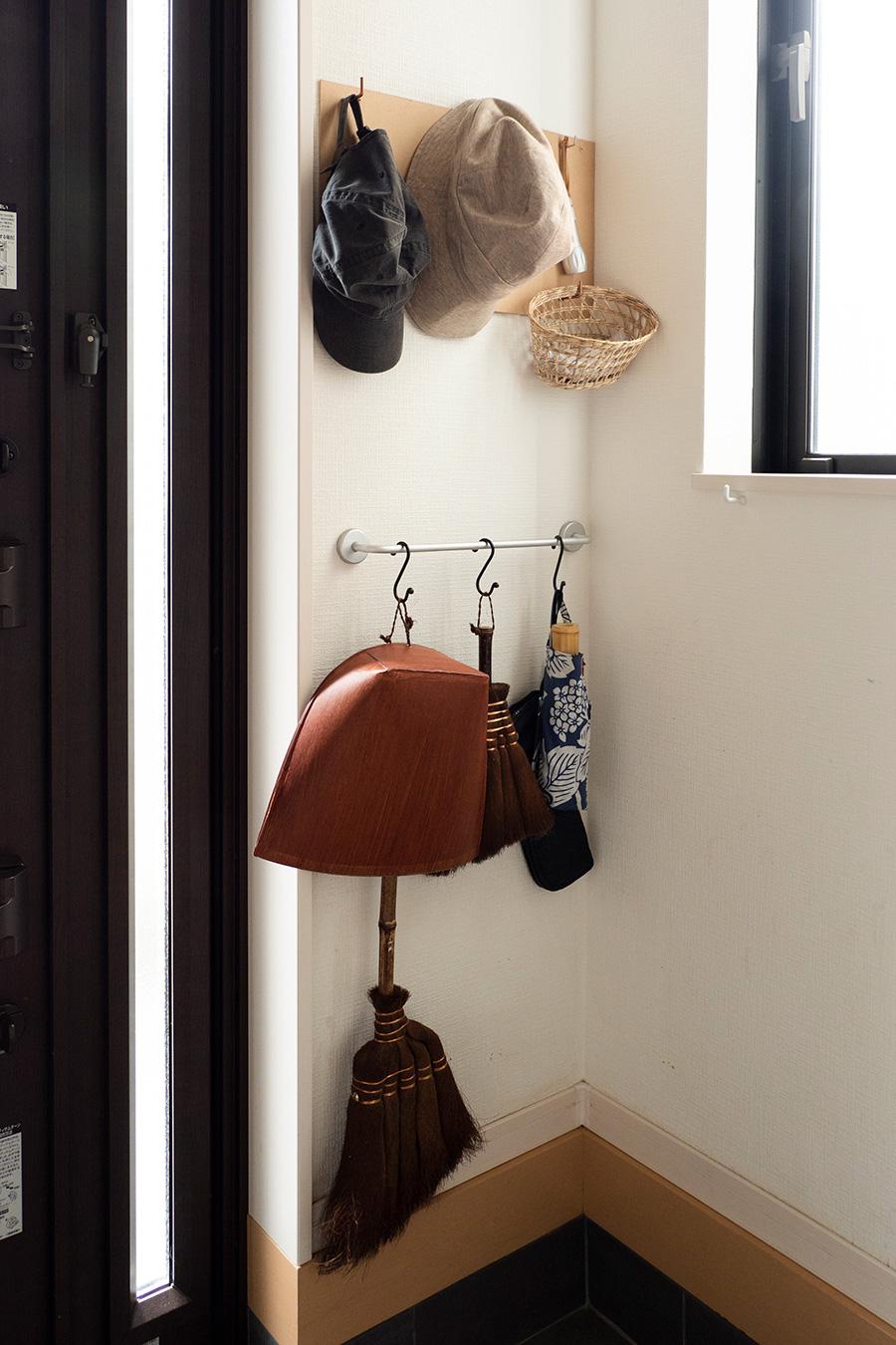 掃除道具や帽子、傘など出かけるときに必要な小物をS字フックに。床上は空けておくのがlinenさんの鉄則。