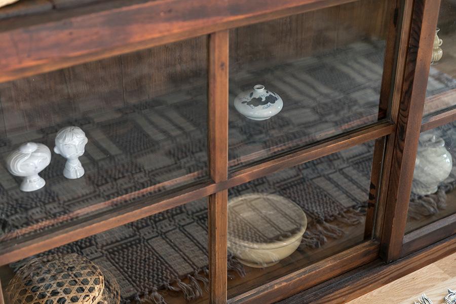 奥さまの趣味で、陶器市やアンティーク店などで購入し集めた品々が並ぶ。