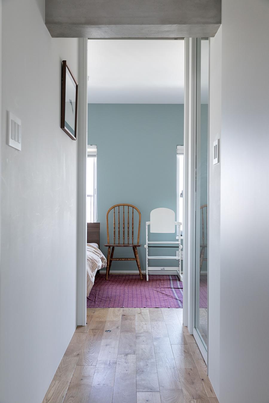 リビングから寝室に抜ける廊下。梁の圧迫感を無くすため、床を5センチ下げている。