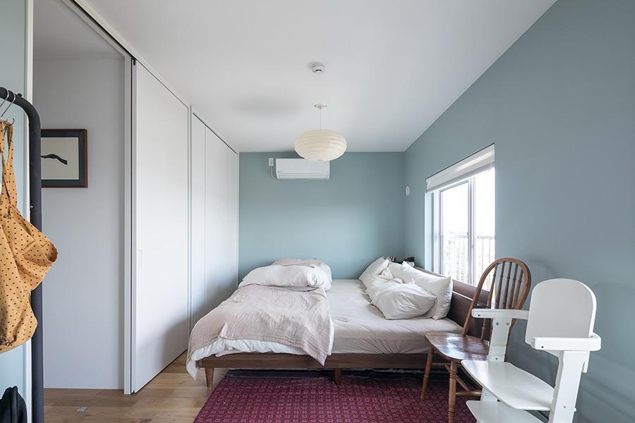 もともと2部屋だったが、壁を無くし1つの部屋にした寝室。左側にクローゼットを設け、収納スペースを増やした。