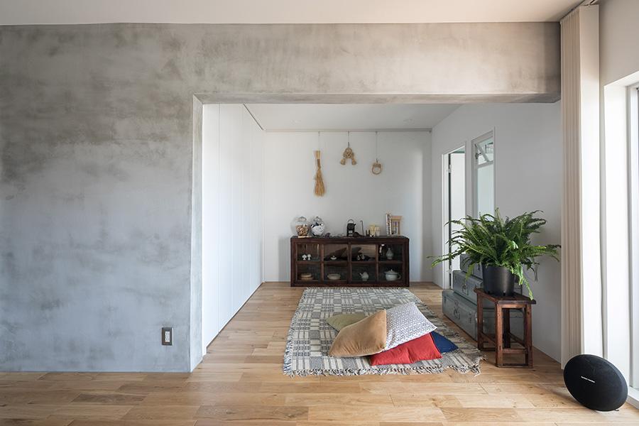 リビングと子ども部屋を繋ぐ空間。目立つ梁をモルタルにすることで、アクセントとして利用した。収納スペースを正面部分から、目立たない左側にしたことで空間に奥行きを演出。