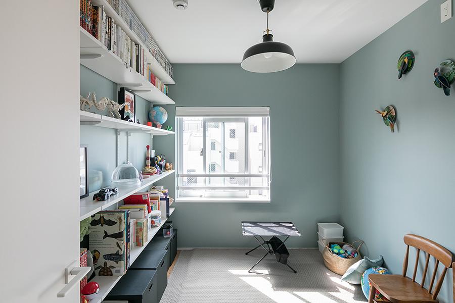子ども部屋。おもちゃなどは、この部屋に集約した。寝室同様、壁はライトグリーン。