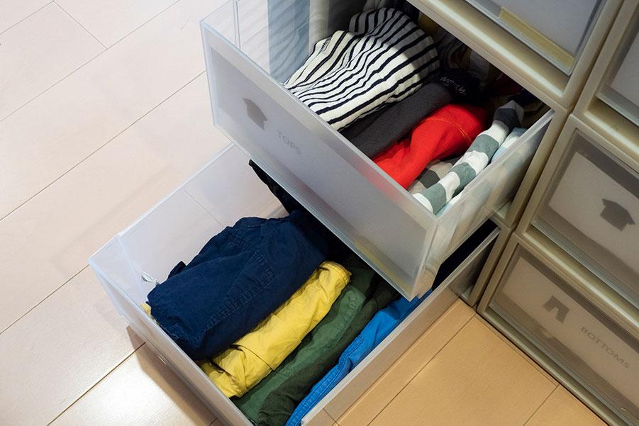立てて収納するシャツ類は、ケース内で2列になるよう畳み方にも工夫が。