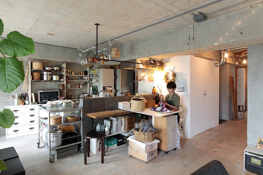 お裁縫はキッチンのカウンターに渡した天板の上で。「食事はリビングのローテーブルでいただくので、カウンターはほとんど使いませんでした」。食器棚にしている和ダンスは、石灰をまぜた塗料でザラザラの質感にDIYで塗装したものだそう。