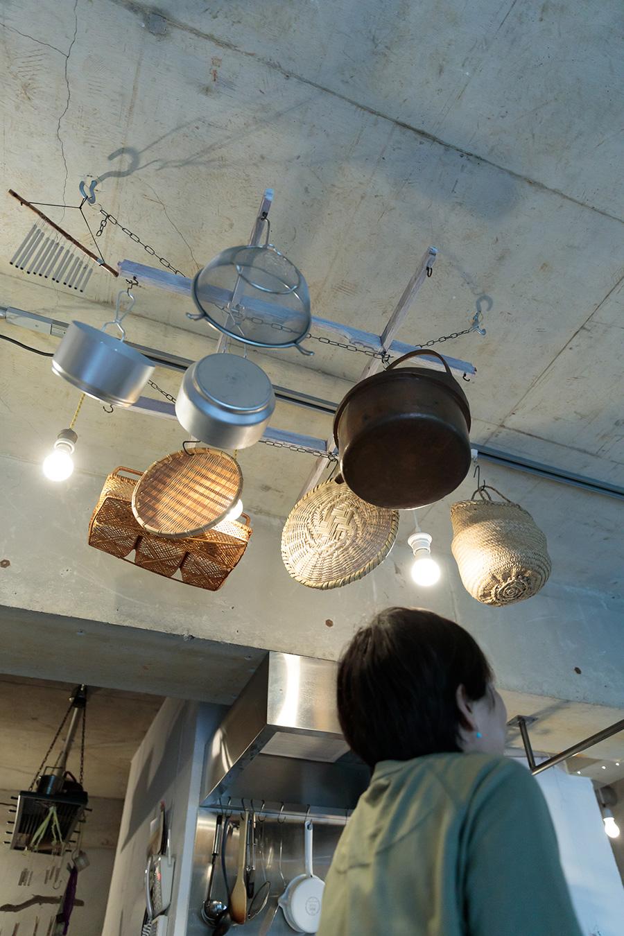 頭上に食器や籠が! よく見ると楽器も!! 遊び心いっぱいのワクワクするしかけがそこここに。