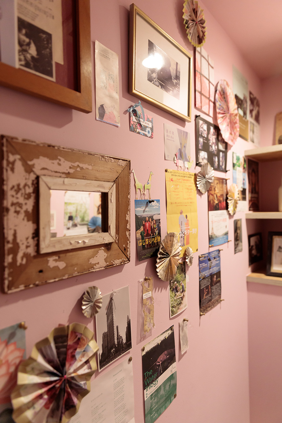 トイレの壁はシャビーなピンク色に塗り、お気に入りの映画や舞台のチラシを貼った。