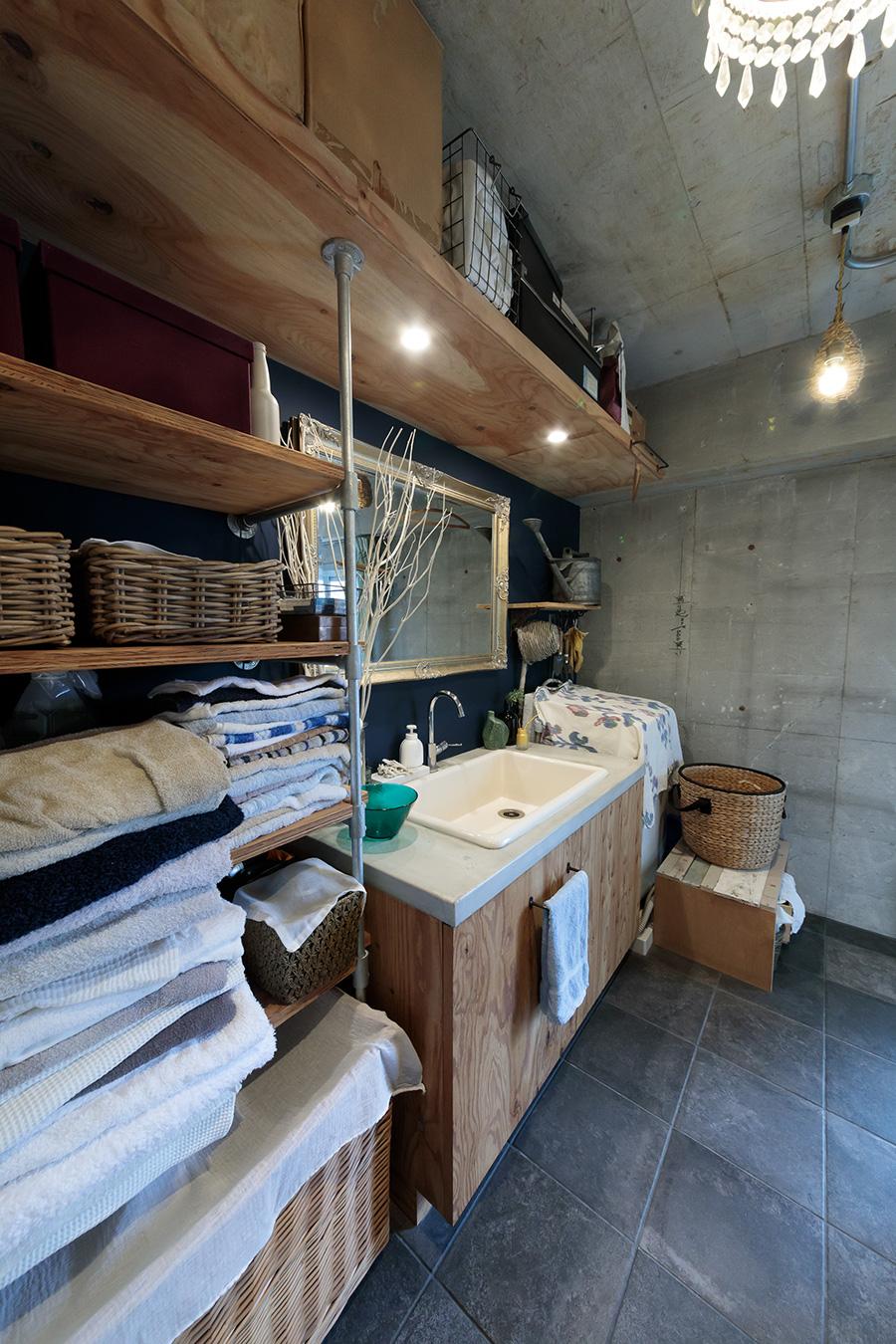 洗面台はモルタルで造作。壁面は濃いブルーに塗装。