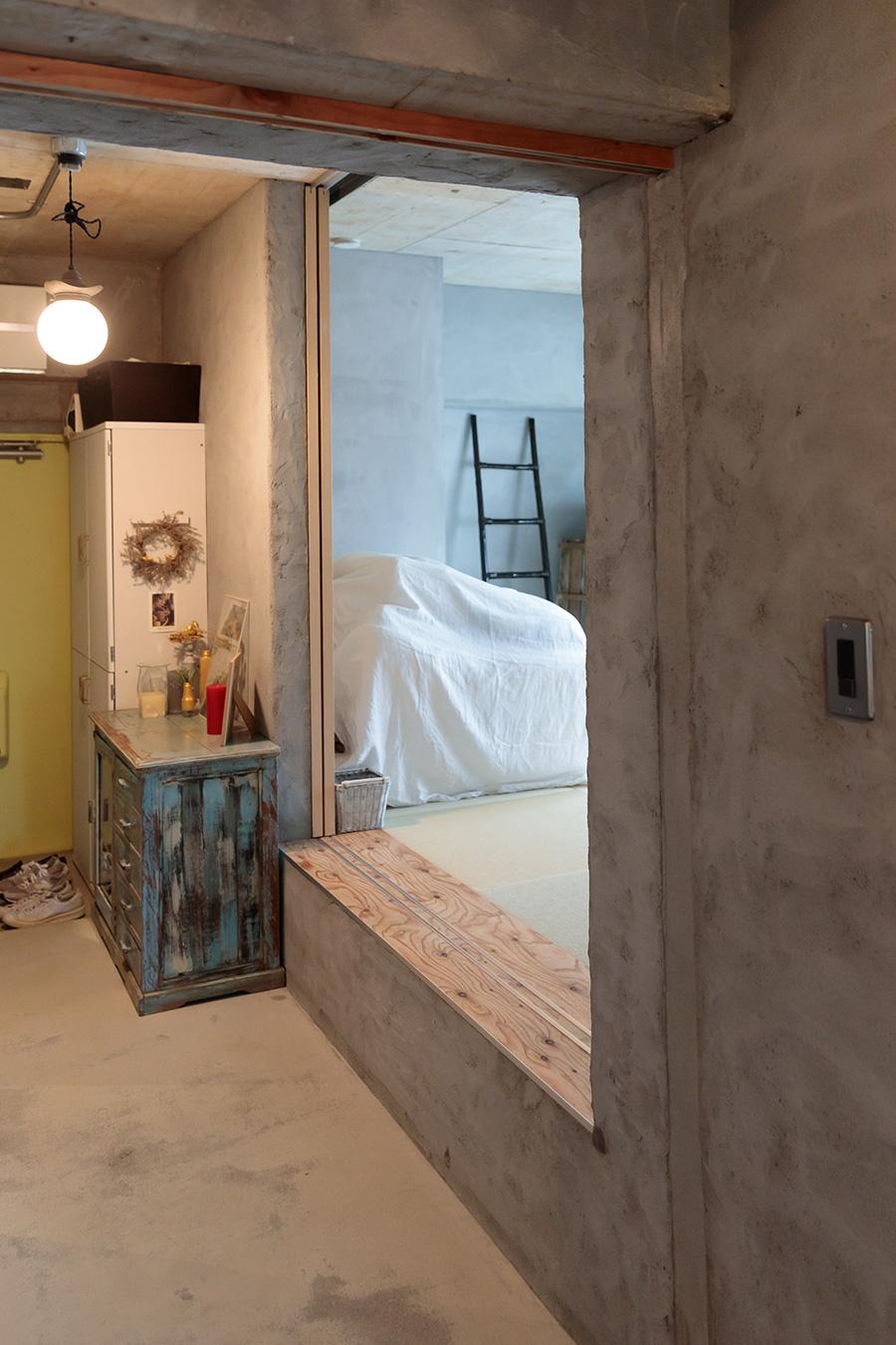 畳の部屋は腰掛けられる高さに。扉は引き戸になっている。