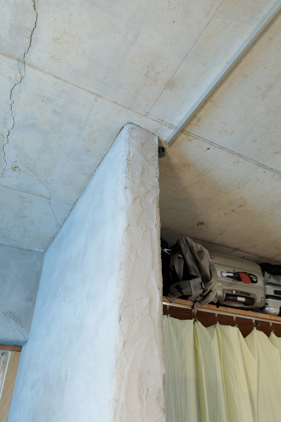 スケルトンにした躯体の天井と、左官で仕上げた壁の表情が違う。「どれくらいコテの塗り跡を残すかは、左官職人さんと直接現場でお話しながら決めていきました」。リノベーションコーディネート&設計は『EcoDeco』。