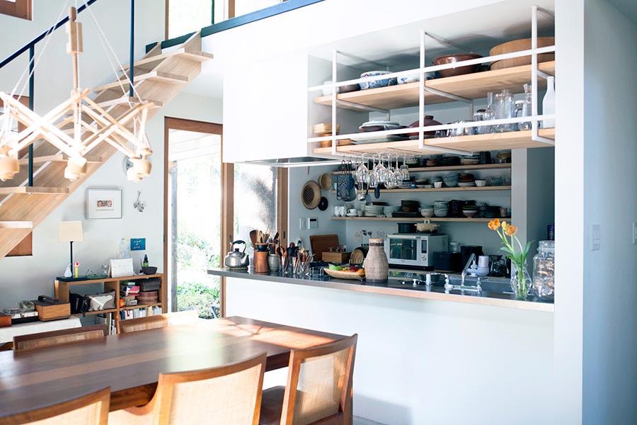 図面を描いて造作したキッチン。扉を付けずオープンに。