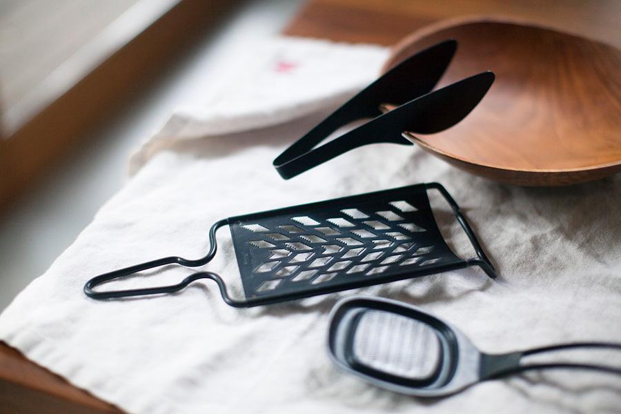 FD STYLEのキッチンツール。新潟県・燕三条で製造されるオールステンレスフッ素加工の素材と、機能性を考えた形状に加え、マットな質感とデザイン性がポイント。テーブルトングは器に掛けて、薬味オロシはそのままテーブルに出すことができて便利。