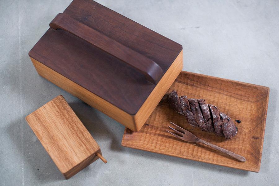 木工作家・堀宏治さんの作品。もともと持っていたクルミの木のお皿に合わせて、オーダーでフタをつくってもらったそう。フタの上部とフォークはウォルナット。木のバターケースはバターが固まりすぎず、ほどよいやわらかさがキープできる。