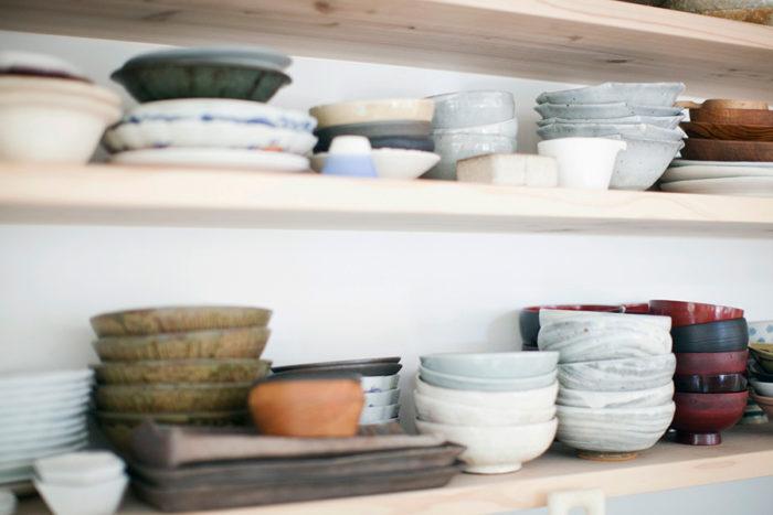 棚に並ぶたくさんの和食器やお椀。眺めるだけでも楽しい。