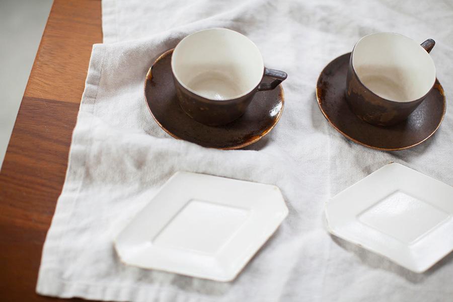 松本で「半農半陶」生活を送る青木郁美さんのコーヒーカップとプレート。半陶半磁で薄くて軽く、使いやすいのが特徴。ライフスタイルにも共感しているそう。
