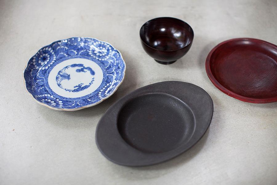 手前は岐阜県多治見市「ギャルリももぐさ」主宰の安藤雅信さんの作品。直火OKで使いやすい。漆のお皿とお椀は、ジーンズ感覚でどんどん使いたいKINJUのもの。左は伊万里焼。