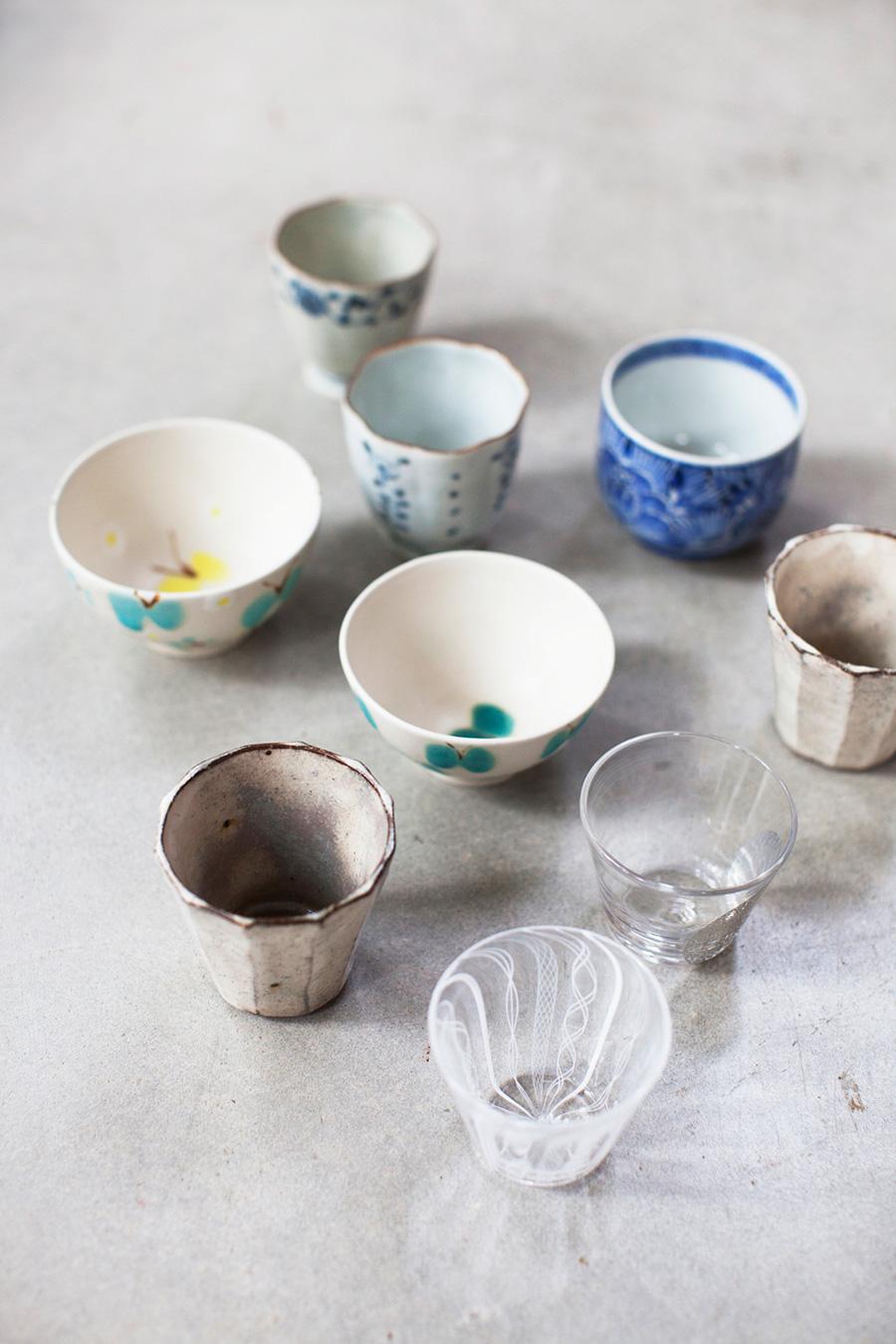 手前のガラスのコップ2点はアキノヨーコさん、粉引の湯のみは濱田正明さん、奥の絵付けの湯のみ2点は佐藤もも子さん。その右手は伊万里焼。ちょうちょの柄の湯のみは、華やかな柄で人気の石木文さん。