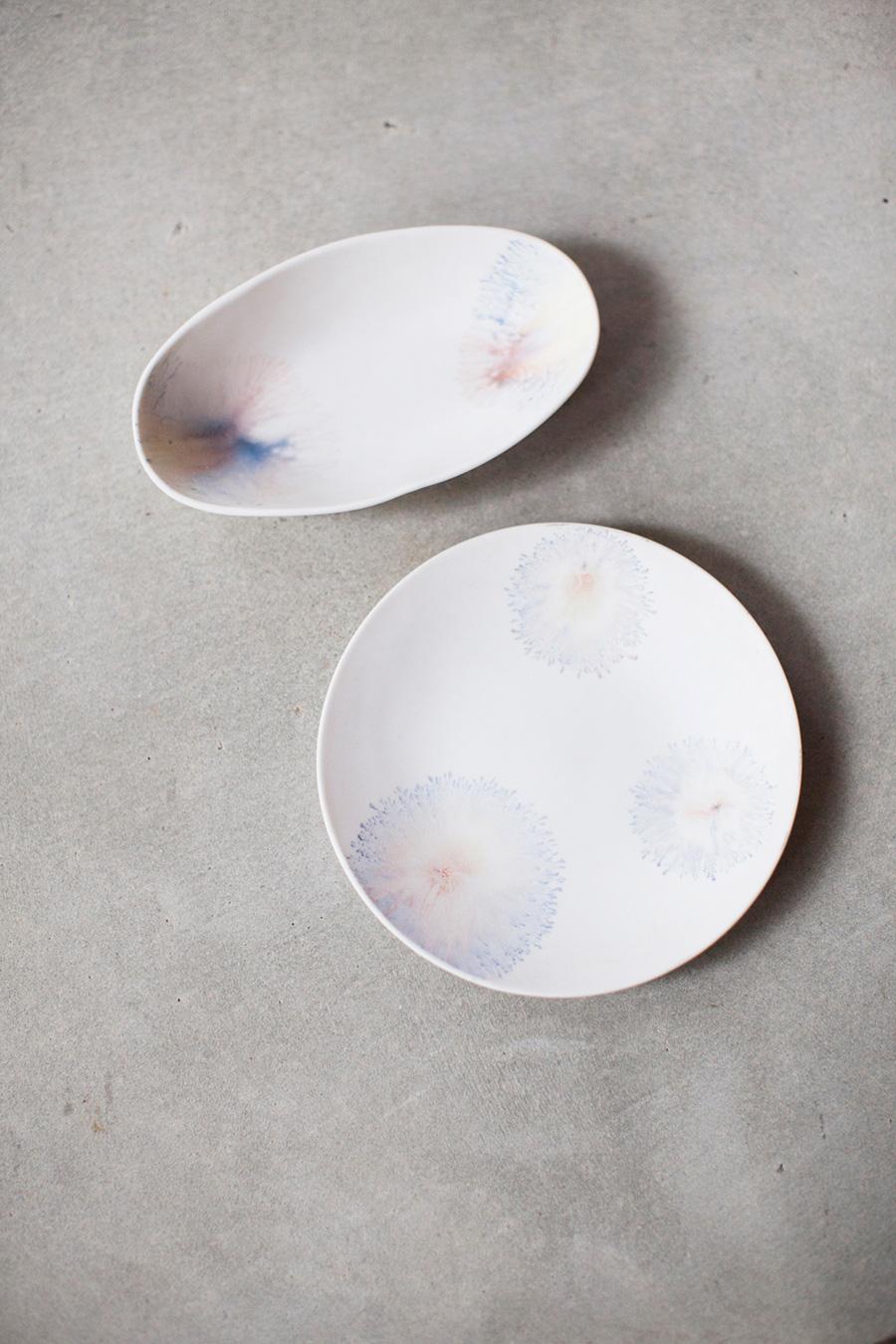 イギリスの19世紀の技法「モカウェア」でつくった片瀬有美子さんの作品。焼く前の素地に絵具を混ぜた液体を垂らすことで、複雑で繊細な模様を描き出している。