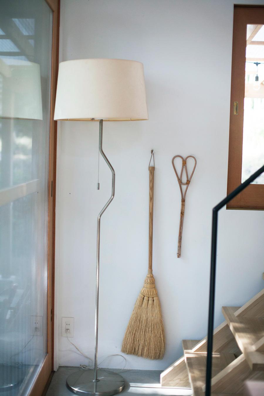 お掃除道具を壁に吊るして。米澤ほうき工房が手作りする、約150年の歴史を持つ松本箒は、なんと材料のホウキモロコシから生産。