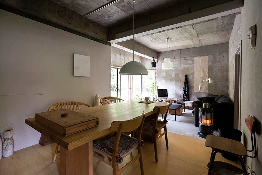 100キロ程あるダイニングテーブルはTIME&STYLEで購入。コンクリートむき出しの空間に合わせて、力強い雰囲気のものを選んだ。