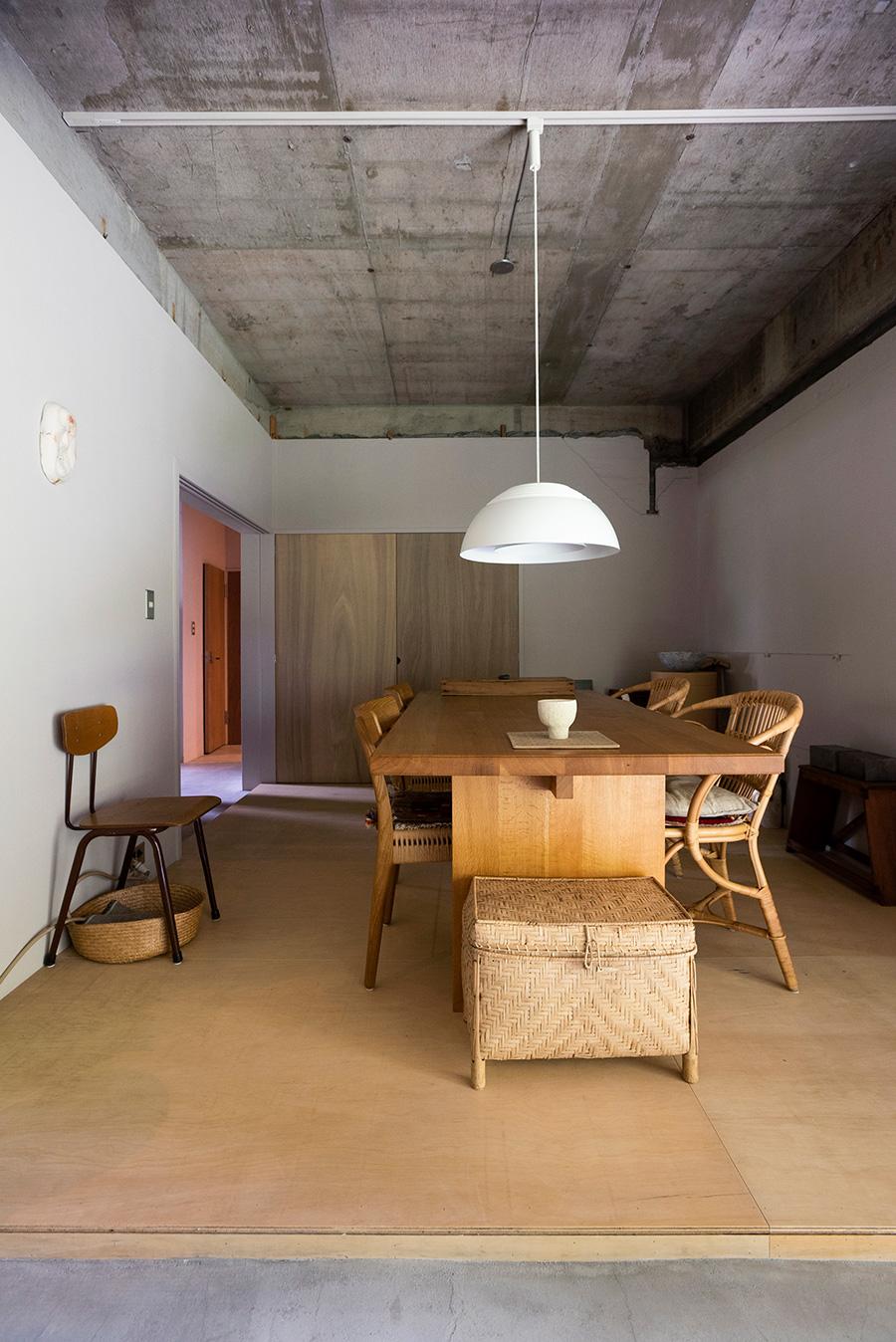 イスはラタン家具のブランドSika DesingやCARL HANSEN&SON。ラワンの床や建具に似合う。
