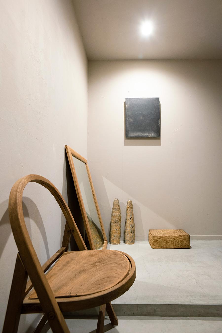 ギャラリーのような空気が流れる玄関。陶器のオブジェはご自身の作品。壁の作品はハタノワタルさん。