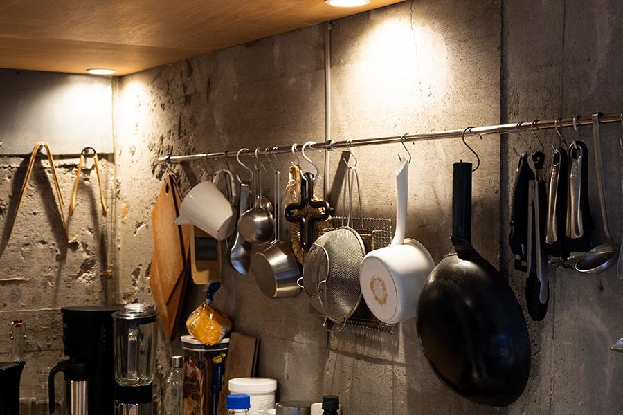 吊るして収納できるよう壁にバーを設置。「お気に入りで揃えると、素材が違っても統一感が生まれます」。