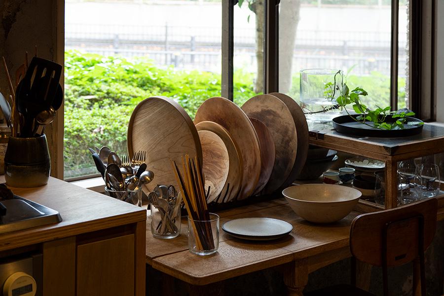 木のお皿を風通しのいい窓際に。普段使うご自身の作品のほか、益子などの作家ものもたくさん揃えている。