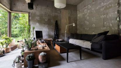 古いものの魅力をモダンに再生  アートと古家具が映える 緑の中のギャラリー空間