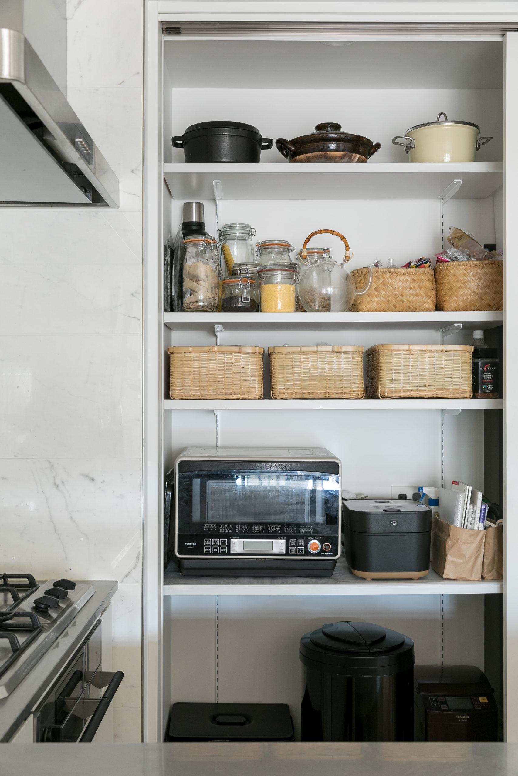 キッチン側の収納スペース。奥行きのあるウォークインタイプをやめ、キッチン側と壁向こうにある寝室に収納スペースを設けた。