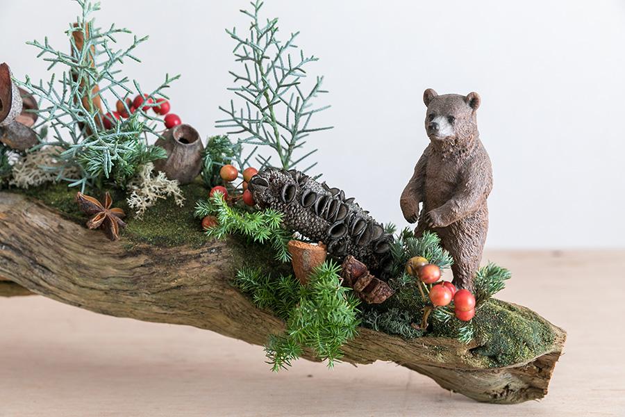 クマさんが豊かな実りの森に出現。多種多様、千変万化、木の実の個性に見入ってしまう。クリスマスらしさのポイントは、グリーン✕白、そして赤!
