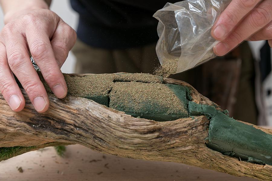 糊の上にカラーパウダーを蒔き、余分は刷毛などで払う。