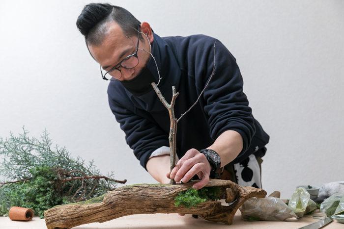 メインとなる白樺の木を土台に挿す。