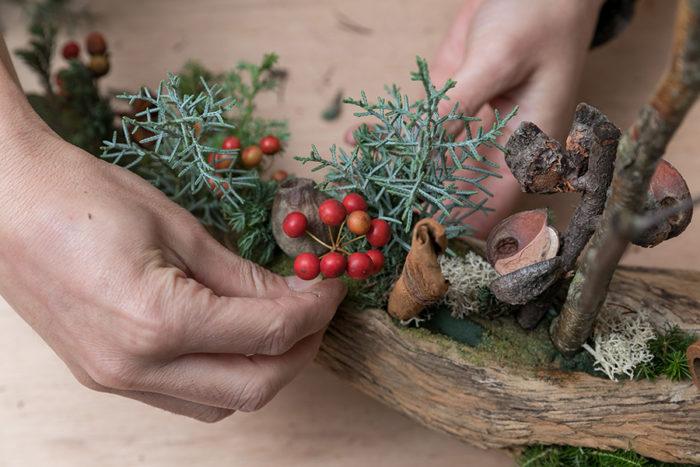 木立に見立てたブルーアイスを挿し、木の実を配して、赤いサンキライの実を添える。