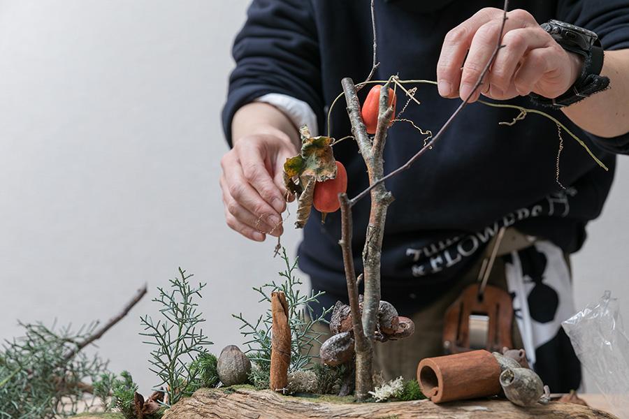白樺の枝にカラスウリの実をからませて完成。