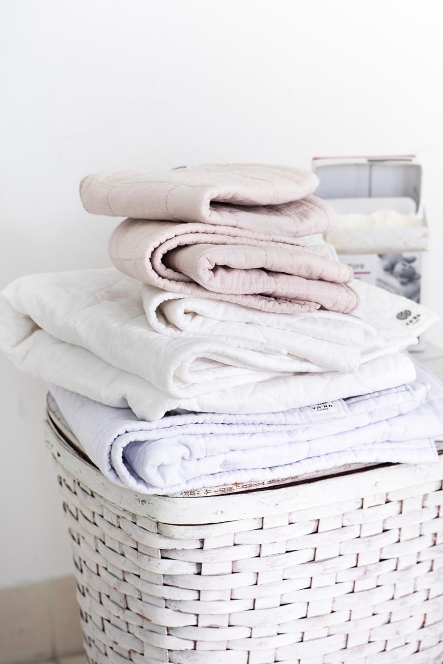 タオルの風合いが保つには。柔軟仕上げ剤を使用すると吸収性が落ち、ガーゼが破れやすくなるので控えて、洗濯ネットを使わないでたっぷりに水で洗濯し自然干しを。薄手で速乾性があるので、室内干しでも生乾き臭の心配がない。