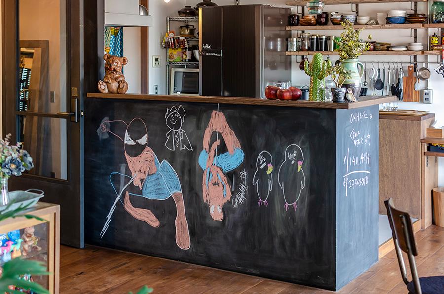 キッチンの腰壁に黒板塗料を塗ってお絵かきスペースに。