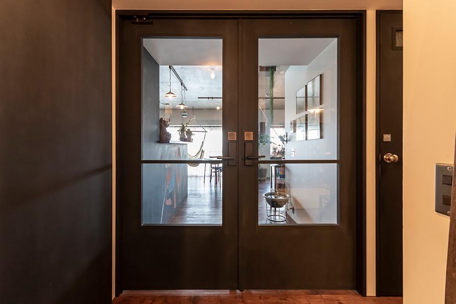 リビングの入り口に設けた両開き戸で暖房効率UP。